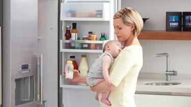 Feeding expressed milk | introducing bottle | Medela
