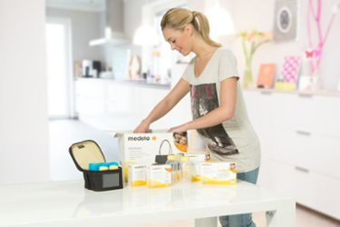 Mum with Medela Store & Feed Set and CityStyle bag
